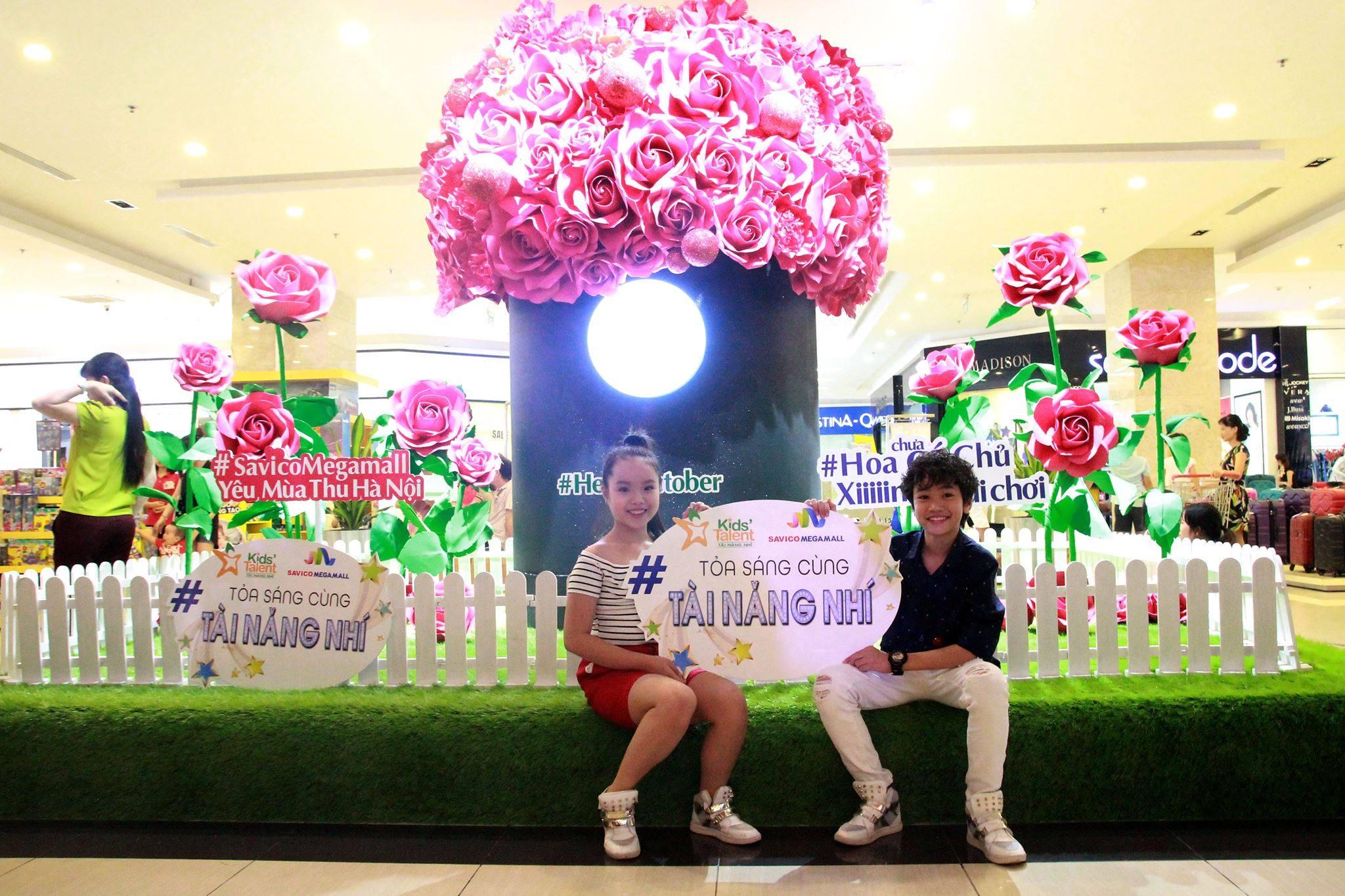 Hộp hoa khổng lồ trang trí Savico Megamall Long Biên