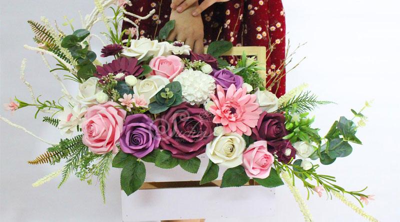 Lẵng hoa giấy màu tím
