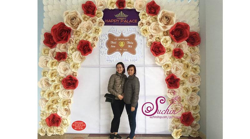 Hoa giấy tạo nên backdrop đám cưới đẹp và ý nghĩa