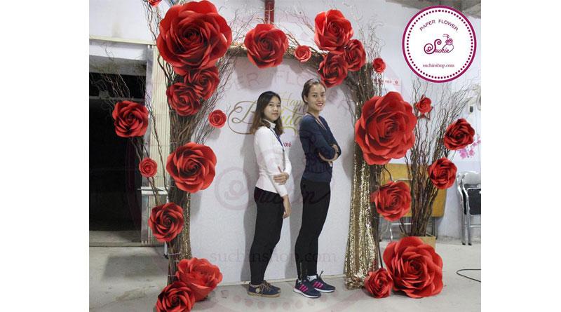 Mẫu backdrop đám cưới hoa giấy được nhiều người yêu thích