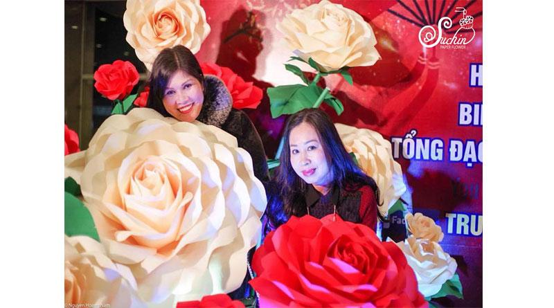 Phông cưới hoa giấy khiến người tiêu dùng yêu thích