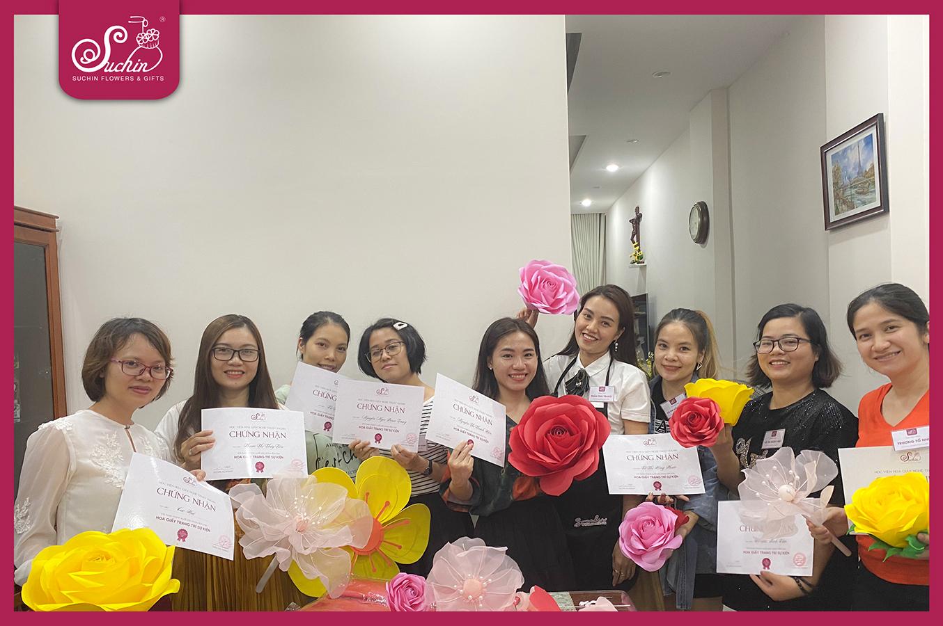 Thành thục làm hoa chỉ sau một khóa học làm hoa giấy hạnh phúc