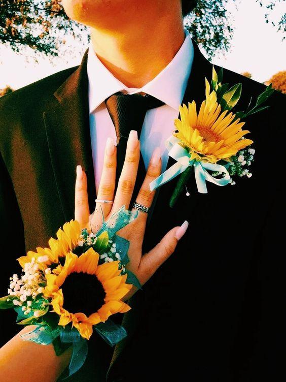 Set hoa cài áo chú rể và cài tay cô dâu thật đồng điệu và xinh xắn
