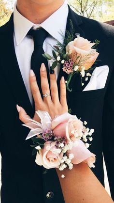 hoa cài áo chú rể và cài tay cô